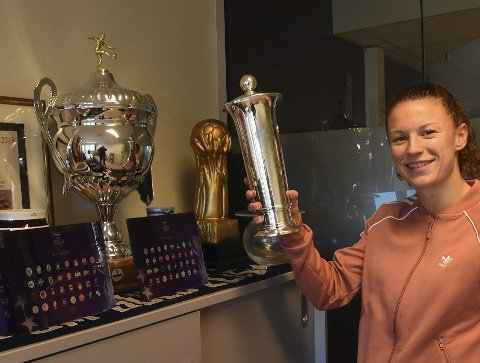 JUBELSESONG: Synne Skinnes Hansen viser her fram den flotte pokalen hun og LSKs fotballkvinner fikk for seriemesterskapet. Lørdag håper hun å få holde kongepokalen.ALLE FOTO: OLE JOHN HOSTVEDT