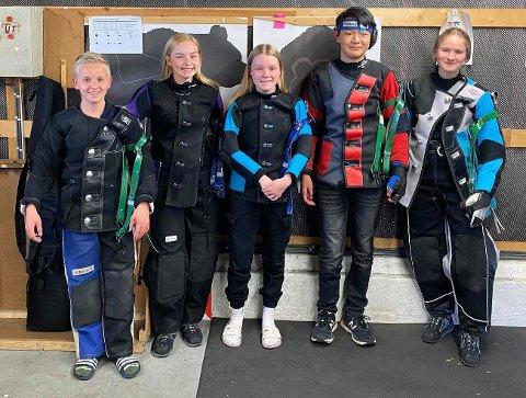 FINALEKLARE: Fskums ungdomsskyttere er finaleklare. Fra venstre: Sebastian Johnsen, Sara Kristine Havik-Johnsen, Elisabeth Havik-Johnsen, Stian Solheim og Helene V. Andreassen. FOTO: PRIVAT