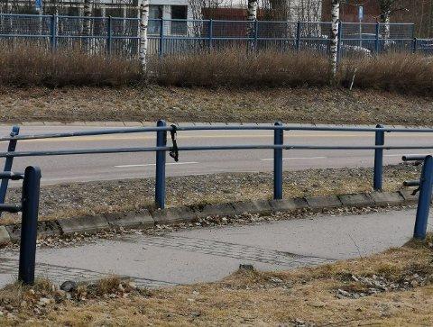 ETT ÅR SIDEN: Det har tatt sin tid å reparere skadene ved rundkjøringen utenfor Åråsen etter en bilulykke i juni 2019.
