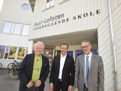 Styreleder Sverre Pedersen ved Nordland kunst- og filmfagskole, fylkesrådsleder Tomas Norvoll og rektor Pål Pedersen ved Universitetet i Nordland foran en mulig framtidig høyskole i Kabelvåg.