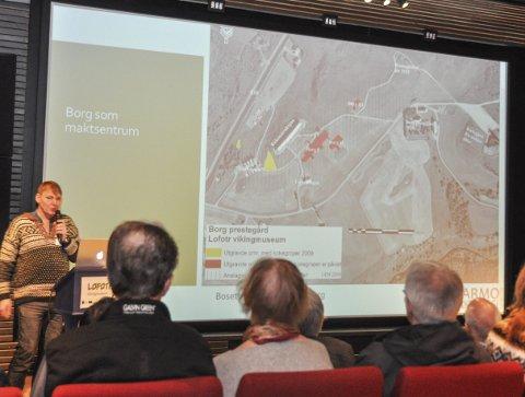 Minst fire hus: Arkeolog Lars Erik Narmo viser til at Borg var et maktsentrum i tiden før Vàgar ble en by.
