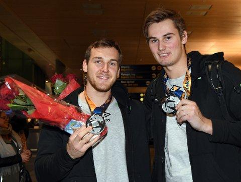SØLVGUTTER: Christian O'Sullivan og Magnus Abelvik Rød var slitne, men glade for sølvet da de landet på Gardermoen mandag kveld.