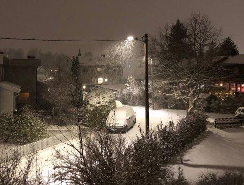 SNØ: Det snør, det snør. Her fra Amund Hellands vei på Nordstrand torsdag kveld. Foto: Nina Schyberg Olsen