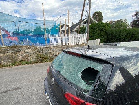 En bil med knust bakvindu og splint-stein spredt over området rundt utbyggingen i Åsliveien 5 etter uhell med pigging av sprengstein på tomta. I februar var det samme firmaet som forårsaket en sprengningsulykke samme sted.