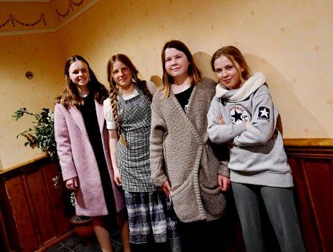 Agnes Skamsar, Ragnill Tessnes Alma Eline Valseth og Mia Solheim tykkjer det har vore artig å jobbe med musikalprosjektet i vinter.