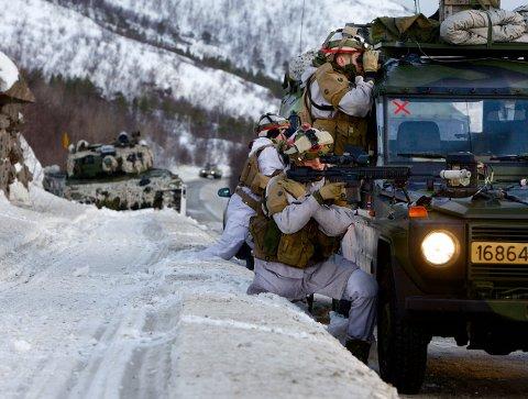 Styrker fra Brigade Nord i aksjon langs veien mellom Lakselv og Porsangmoen. Det militære nærværet i dette området blir vesentlig styrket. Porsangmoen får en egen kavaleribataljon, og HV-styrker skal integreres i hærstrukturen. Foto: Ola Solvang