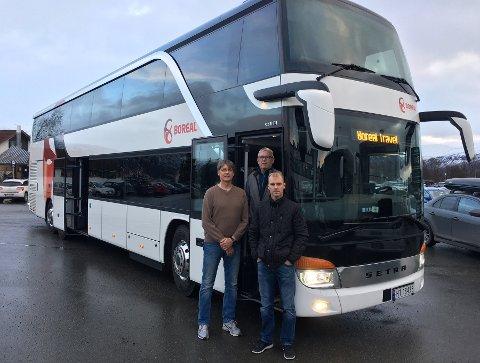 DET LILLE EKSTRA: Avdelingsleder Jørn Hansen (t.h.) i Boreal Travel sammen med bussjåførene Arvid Borch (t.v.) og Ivar Ingebrigtsen gleder seg til å kunne tilby litt ekstra luksus i den nye busskjempen som ankom Tromsø torsdag. Foto: Are Medby