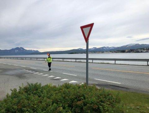 TAR GREP: Denne manøveren er farlig, mener Statens vegvesen. Nå skal ny løsning sikre kontrollørene på E8.