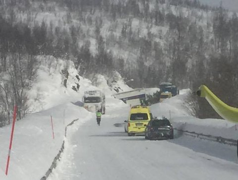 FASTKLEMT: Nødetatene jobbet med å frigjøre sjåføren av lastebilen.