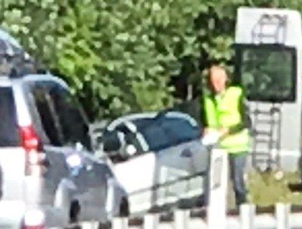 SØLVGRÅ FOCUS: Bilen midt på bildet, rett til venstre for politimannen, er en Ford Focus. I den ble den drepte kvinnen funnet.
