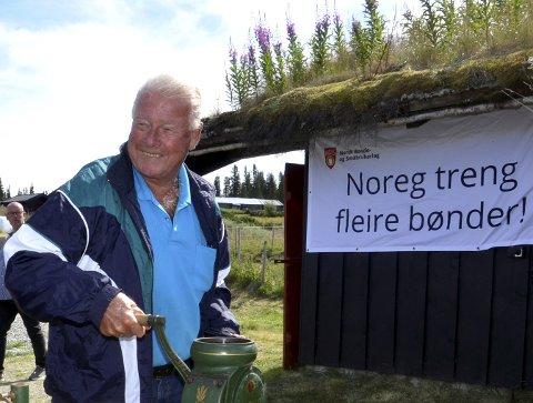 Frp-politikere og 1. kandidat for Oppland valgkrets, Carl I. Hagen, engasjerer seg i sykehusedebatten. Foto: Karen Bleken
