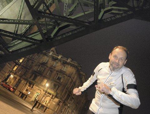 1 KLAR TIL START: Bortsett fra tyvstarten på åtte kilometer kvelden før, var det midt under Tyne Bridge i Newcastle Henrik Aasbø startet den lange løpeturen. FOTO: ARVE HOEM