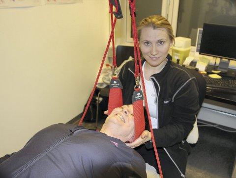 På benken: Fysioterapeut Charlotte Olsen har brukt mye tid på å behandle Sandra Olsens nakkeprolaps. Nå er behandlingen ferdig, og opptreningen kan starte.
