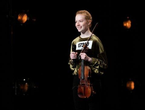 FIKK GULLBILLETT: Prestasjonen til fiolinist Rebecca Nøstrud Isaksen (16) fra Larvik fikk programleder Solveig Kloppen til å trykke på gullknappen under fredagens sending av Norske talenter.