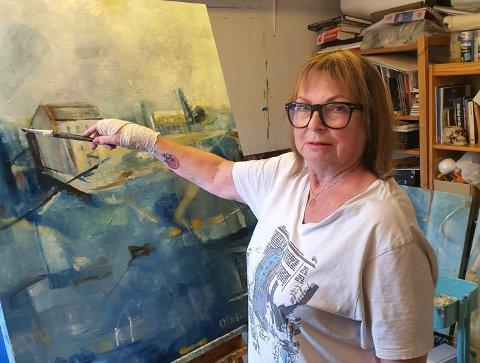 SPENT: Med skadet hånd har Kari-Mette Astrup gjort unna innspurten til sin utstilling som åpner i Stavern lørdag.