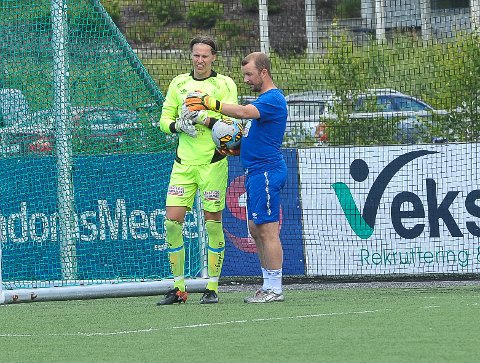 DEBUTERTE: Vegar Granvold Berntsen, her sammen med Lars Blixt, fikk sine første minutter i Nybergsund-buret.