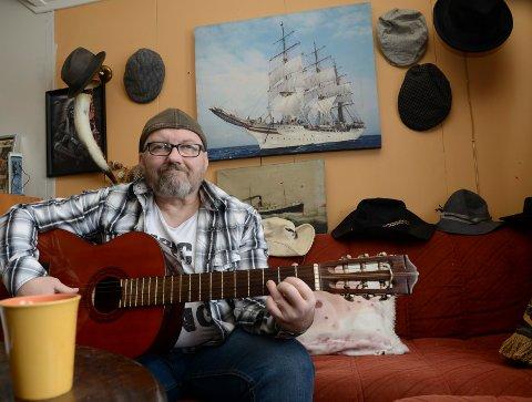 MANGE INTERESSER: Musikk, Stetsonhatter, båter og skip er noen av Brede Willys mange interesser. – Jeg skal klare å spille på disse strengene nå, sier han.