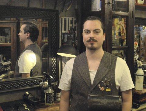 Drømmen ble oppfylt: Jan Thomas Søstuen hadde et stort ønske om å jobbe i en barbersalong, men de mulighetene er ikke mange. Da Cut Throat søkte etter folk visste han at dette var sjansen han ønsket seg og søkte på drømmejobben. Nå er 27-åringen fra Elverum godt i gang i sin nye jobb. BEGGE FOTO: Frank Morgan BAKKEN