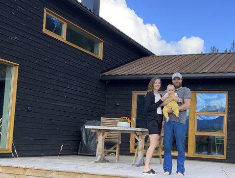HYTTEDRØMMEN: I januar i år solgte Therese og Fredrik leiligheten i byen og flyttet permanent på den nybygde hytta i Trysil. – Det har vært helt perfekt å bo her med små barn, sier Therese. Foto: Privat