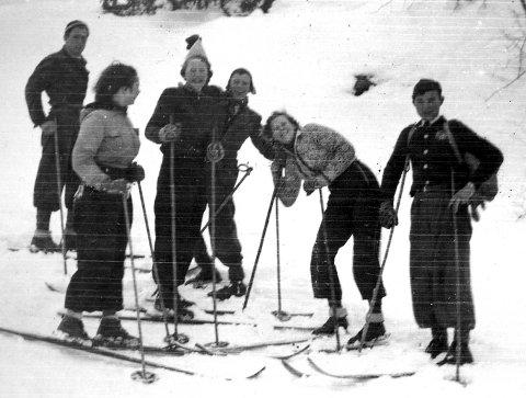 På tur: På vei til Herkelås (1930) er beskrivelsen til dette motivet. Bidratt med bildet har Inger Gjersøe, f. Larsen gjort.