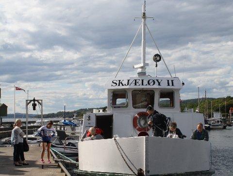 Her er Helgeroafergene med Skjæløy ved kai i Helgeroa. Helgeroafergene er med i øyhoppingsprosjektet som Porsgrunn, Bamble og Larvik kommuner satser på.