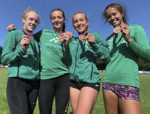 BRONSE: Lisa Stensøy (t.h) og de andre jentene tok en imponerende bronse på 1000 meter stafett. Lisa tok også sølv på 400m. Her sammen med de andre bronsejentene fra Herkules friidrett: Thea Nordanger, Linnea Lekman og Eilen Brenne.