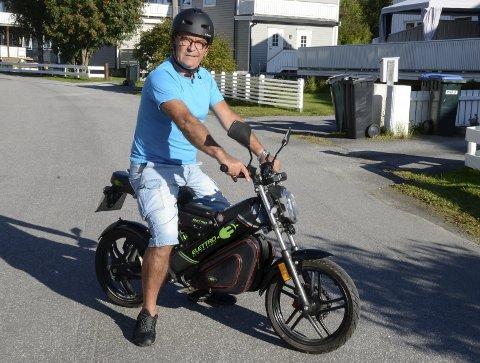 UNIK: Terje Johan Bæver Karlsen eier den enesten elektriske mopeden av typen Elettro Eco-Friendly i Norge. Han importerte den selv fra Italia og det kostet omtrent null i gebyr og avgifter. – Mopeden er laget i KIna, men designet er italiensk. Dette er en snerten sak å kjøre rundt på, sier han. Foto: Arne Forbord