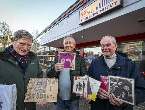 Gode minner: Tore Setså (til venstre) var tilstede i Kinoteateret da «Ti i skuddet» ble spilt inn i 1967. Bygget, som befant seg rett bak nåtidens kinoteater, brant ned i 1982. Nå har Peder Olsen og Haakon Hanssen kokt sammen en nostalgisk spilleliste til Radio Rana. FOTO: Øyvind Bratt.