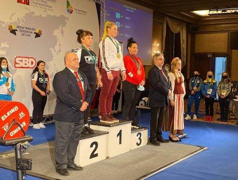 Linda Kristensen (til høyre) tok bronse i VM åpen klasse i benkpress i Vilnius denne helga.