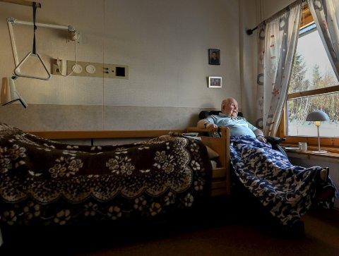 Da landet stengte ned, låste Gruben sykehjem dørene. På et av rommene satt 84 år gamle Gunnar igjen alene. Han fikk ikke se verken kone eller barn på flere måneder.