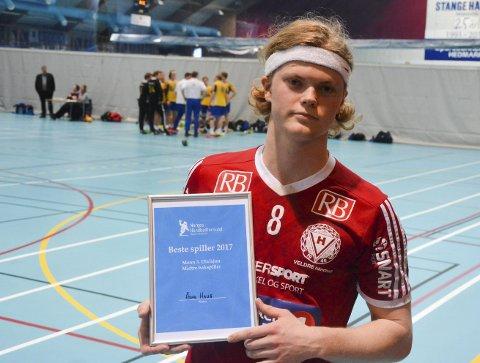 Takker av med bestemannspris: Ådne Haug ble av håndballkretsen kåret til årets bakspiller.Foto: Petter Sand