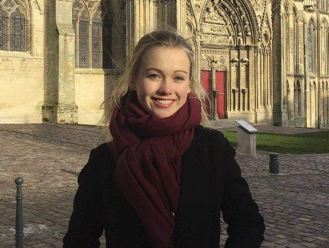 Helene Bjørgen Fjørtoft (16) trives godt i byen Bayeux i Frankrike. Hun innrømmer at det første halvåret har vært tøft.