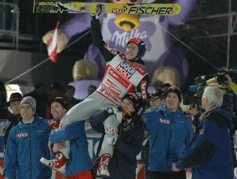 Det er slik vi husker han best. Anders Jacobsen vant den tysk-østerrikske hoppuka i 2006/2007. Drømmen ble virkelighet.