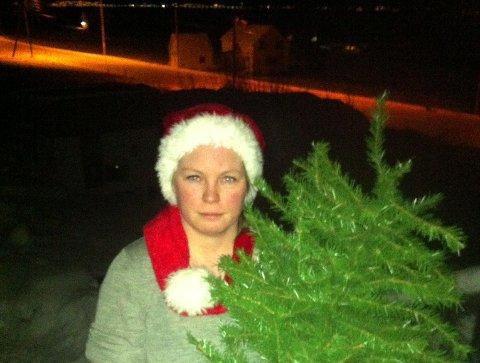 SJOKKERENDE: Da grunneier Carina Hyss Gerhardsen støtte på et par i hennes egen skog på Kvaløya, kom det fram at de hadde hugd ned juletrær der i fem år på rad - uten å betale. Foto: Privat