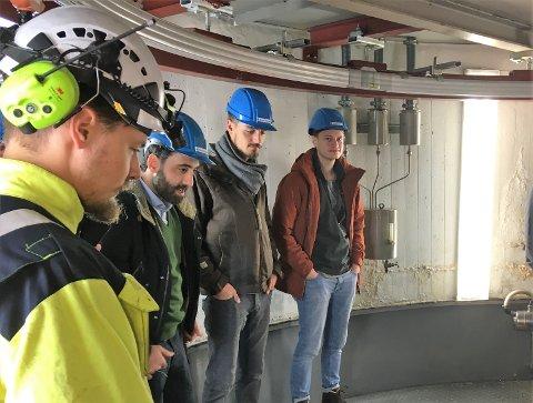 PÅ BESØK: Tyske studenter besøkte Ringerikskraft for å lære mer om blant annet elbiler.