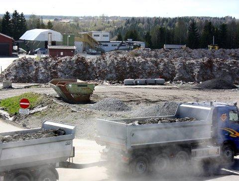 NABOPLAGER: Esval Miljøpark er god økonomi for Nes kommune, men den siste tiden har det haglet med nabokrav om kompensasjon for ulemper.Foto: Per Stokkebryn