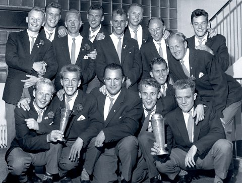 FØRSTE GULL: Serimesterlaget i 1958/59. Bak fra venstre: Hans Nylund, Oddvar Richardsen, Gunnar Arnesen, Odd Tvedte, Per Sæther, Sverre Heggtveit, Hans Hansen, Ivar Christiansen og Kjell Hansen. Foran fra venstre: Rolf Wahl, Kjell Aspelien, Jann Samstad, Trond Willadsen, Per Ronny Andersen og Svein Bergersen. FOTO: ARKIV