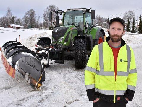 ADVARER: Vegar Granerud advarer mot svært vanskelig kjøreforhold lørdag, og er forberedt på mye jobbing. Foto: Øyvind Henningsen