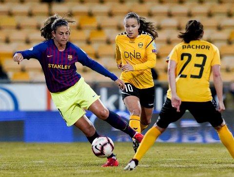 PÅ ETTERSKUDD: Guro Reiten og resten av LSK Kvinner-spillerne måtte i store deler av kampen se at motspillerne på Barcelona var innehavere av ballen. FOTO: NTB SCANPIX