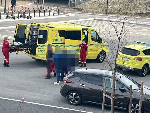 KNIVSTUKKET: Her blir den fornærmede tenåringen hentet av ambulansepersonellet etter knivstikkingen på Fjellhamar.