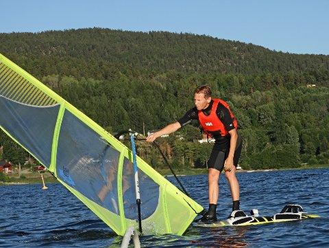 FART: Frode Wille Nilsen fra Spikkestad seiler nytt freeride-brett, som krever mer vind og gir høyere fart.
