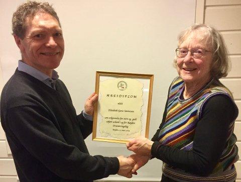 HEDRET: Lisa Sørenssen mottok hedersdiplomet av klubbleder Øyvind Hansen.