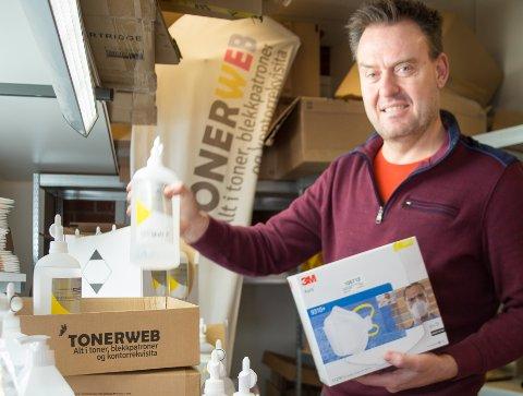 CORONA-FRYKT: Salget av masker og  desinfiseringsprodukter har eksplodert. Daglig leder Jarle Kristiansen i nettbutikken Tonerweb.no må selv hjelpe til med pakkingen for å få varene ut til kundene.