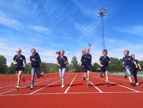 NYTT ANLEGG: Mari Aandal, Iselin Brualøkken, Sofie Øverbye, Solveig Olsen, Jonas Aandal, Caspian Strømmen Christensen og Joakim Brualøkken spiller alle fotball til vanlig. Med løpsteknikk og 60-metersbane er også en del av treningen.