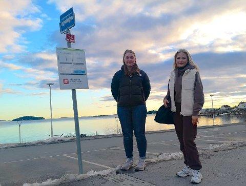 VENTER: Bussholdeplassen i Tofte sentrum kunne fint hatt flere avganger enn i dag, mener Marit Folkestad og Nora Eriksen fra  LSU Tofte.