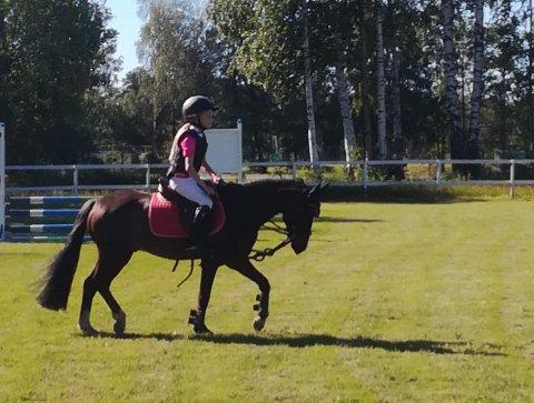 FOKUSERT: Frida Eline G. Svensson (7) i aksjon med hesten Happy Boy (11).