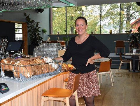 GLEDER SEG: – Det er en drøm som har gått i oppfyllelse, at samfunnet har åpnet igjen. Nå gleder vi oss til full restaurant i ei hel uke, sier markeds- og bookingansvarlig Hanne Fossum ved Huset i Thor Dahls gate. FOTO: Vibeke Bjerkaas