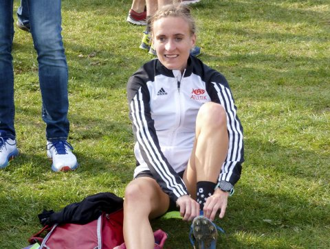HAR AMBISJONER: Julie Frøslev Mathisen bor i Aarhus i Danmark, men har likevel valgt å løpe for moderklubben Askim IF. Her gjør hun seg klar til en terrengstafett i Danmark.
