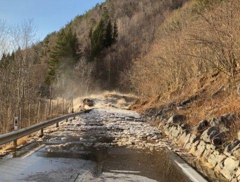 FULL STOGG: Riksvegen mellom Hella og Leikanger vert ikkje opna før tidlegast måndag.