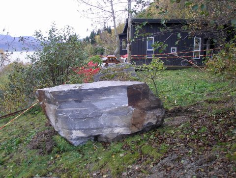NÆRE PÅ: Hjelmeland kommune sitt fanggjerde stoppa steinane frå å treffa dei mest utsette hyttene i 2013, men store steinar rasa ned mellom fanggjerda og ikkje langt frå hytteveggane.